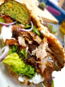 Pita au cochon confit et falafel